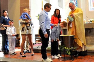 Messe de Pâques avec le baptême des enfants d'âge scolaire